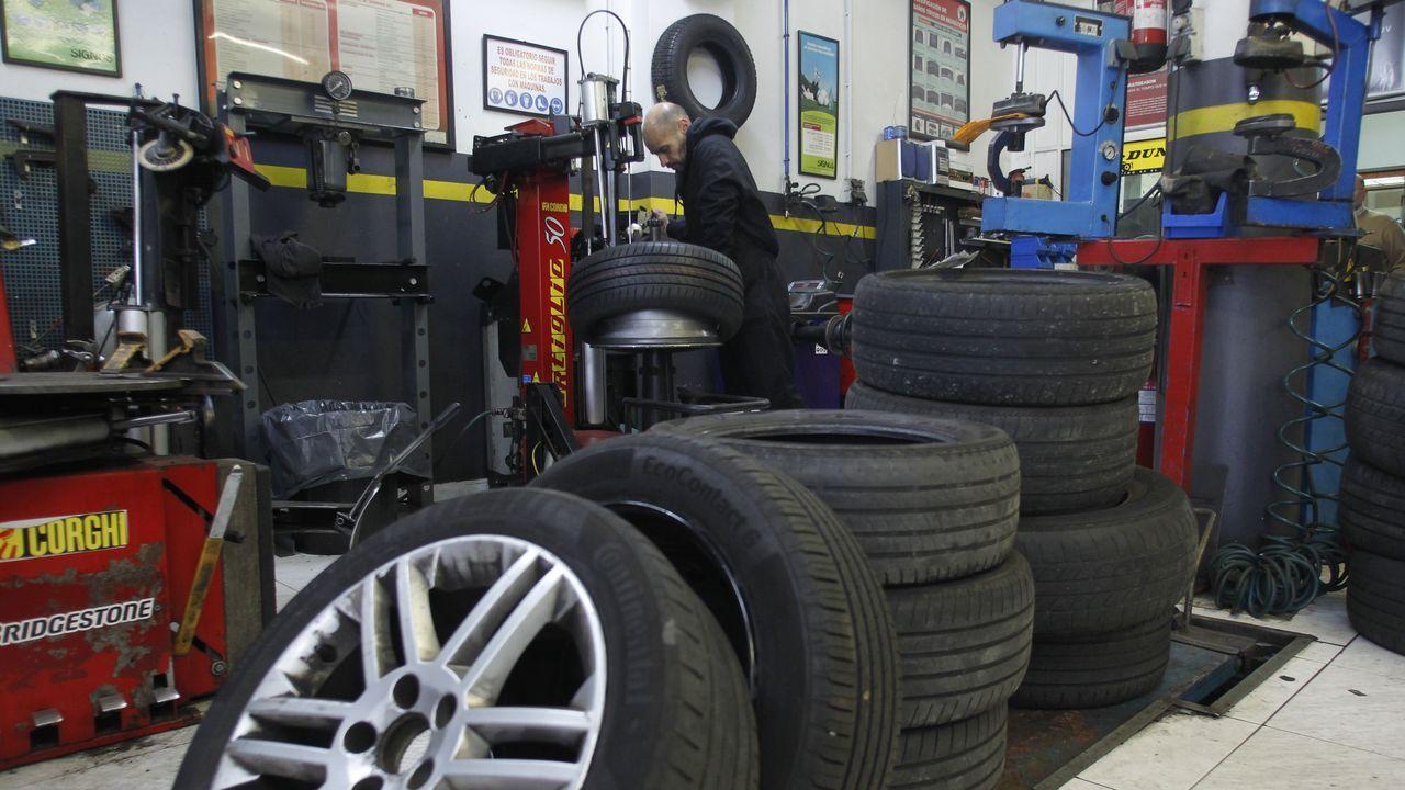 Una tienda de reparación de neumáticos de Ferrol, abierta.