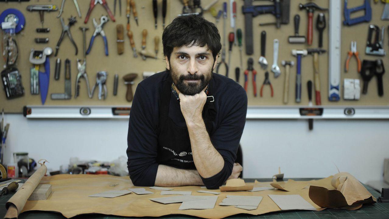 En el taller de un artesano.Miguel Otero, en el puerto de Bueu, rodeado de nasas, el sistema que sustituyó a la raña. r. leiro