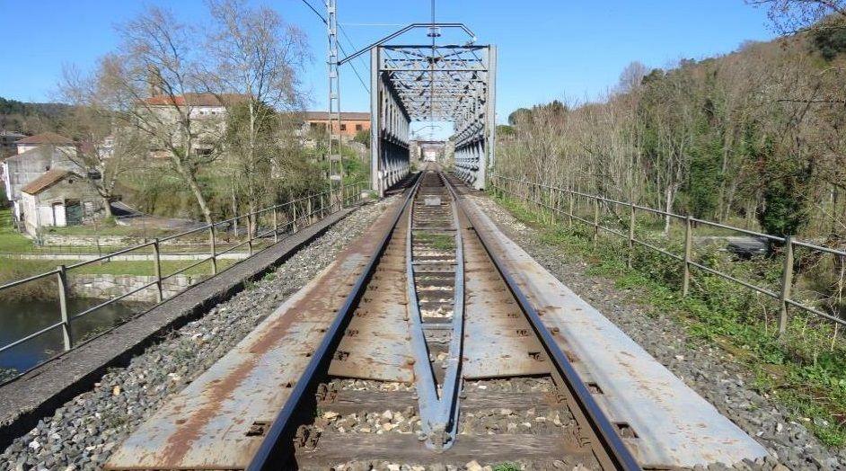 Pasajeros de la estación de tren de Urzaiz tienen que caminar 450 metros hasta la parada de bus más cercana.Al párking, de 300 plazas, se accederá en coche desde Eulogio Gómez Franqueira