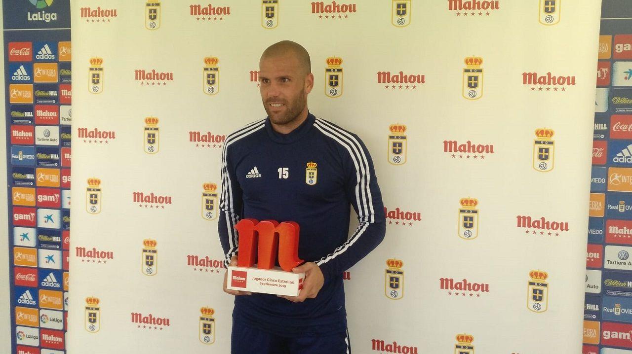 Rozada Real Oviedo Carlos Tartiere.Alfredo Ortuño con el premio en El Requexón