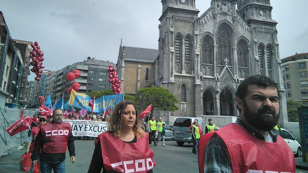 Primero de Mayo en Gijón:consignas, humoy escraches.Manifestación del Día de los Trabajadores, organizada por UGT y CCOO, en Avilés