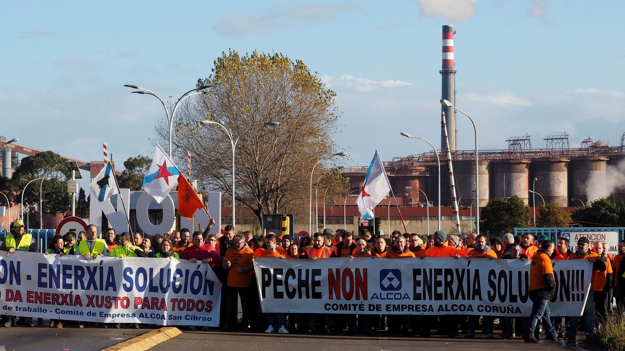 rabajadores de Alcoa se desplazan a San Cibrao (Lugo) para protestar contra el Expediente de Regulación de Empleo (ERE) de la empresa en las plantas de A Coruña, con lo cual solo se salvaría la lucense en Galicia, y Avilés