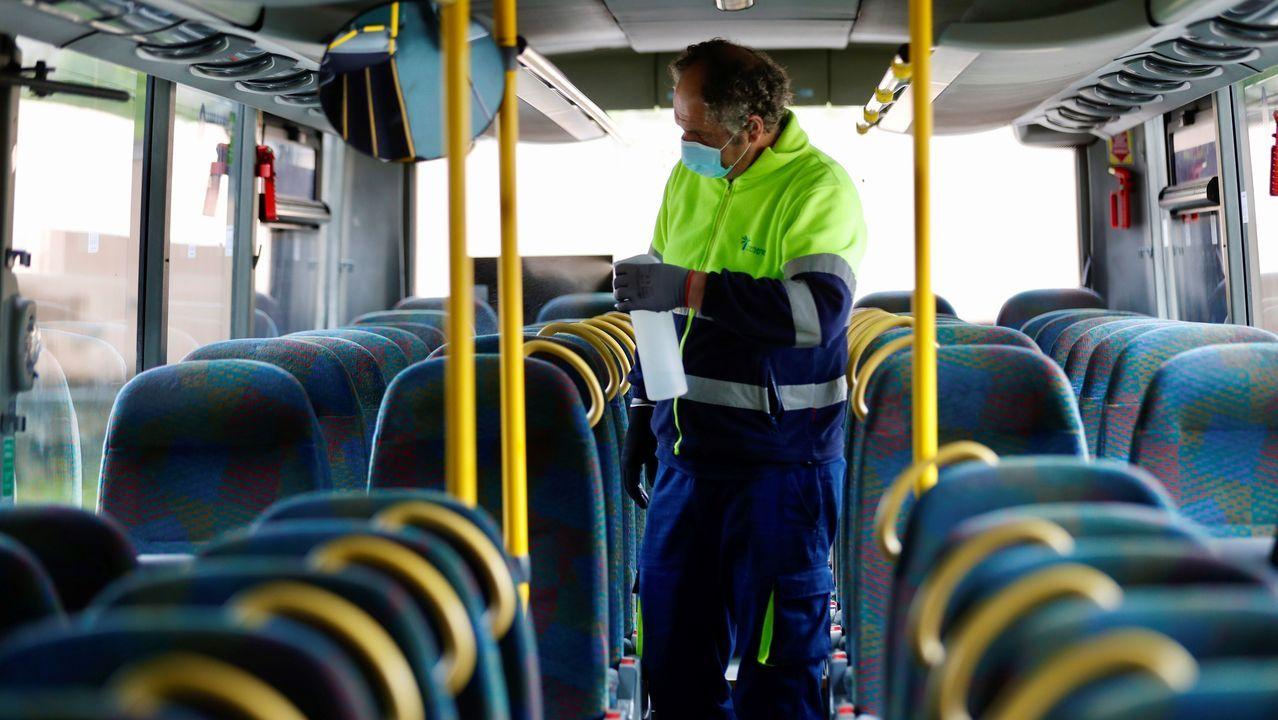 Un operario desinfecta un autobús de la estación de Oviedo