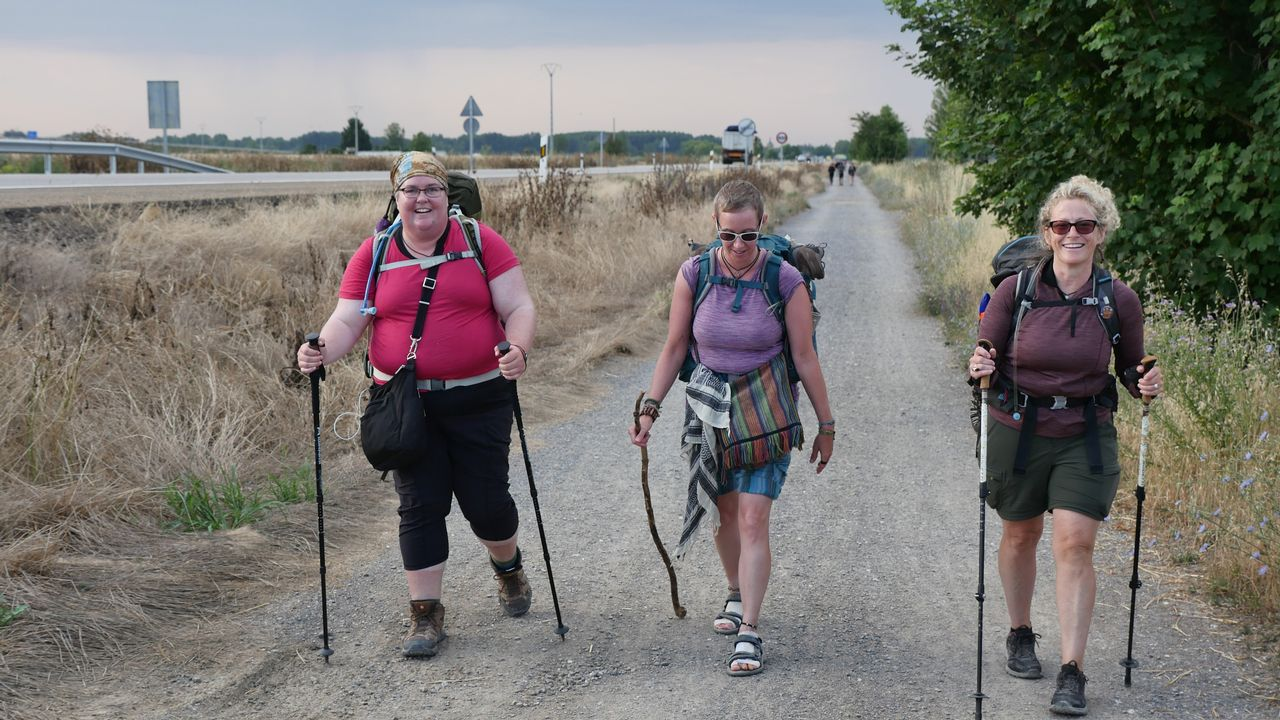 Jen Becker, Jessi Carty y Kelly Gleason, de Washington, saliendo de Mansilla