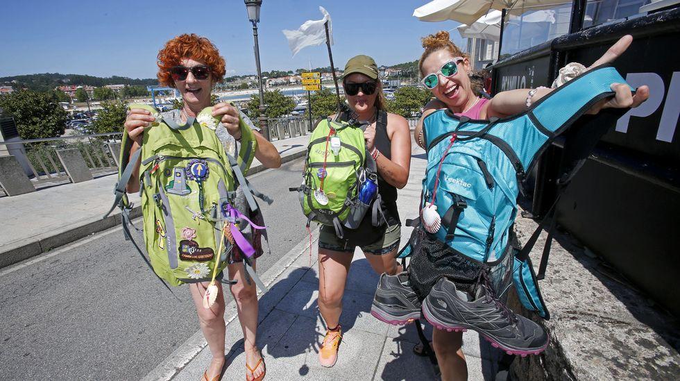 «Caminamos desde las cuatro de la mañana y con linternas».Consuelo Almela y dos amigas, que están peregrinando a Santiago, durante una parada en Portonovo