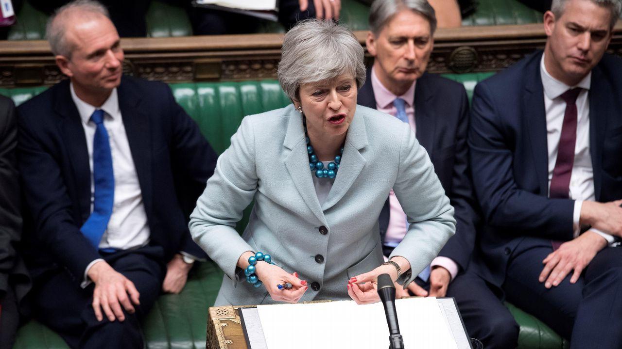 Theresa May ofrece su dimisión a cambio de que se apruebe su plan del «brexit».Activista contra el brexit se manifiestan frente al Parlamento de Westminster