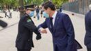 El presidente de la Junta, Juanma Moreno saluda a un miembro de la policia nacional en un acto de homenaje a las víctimas