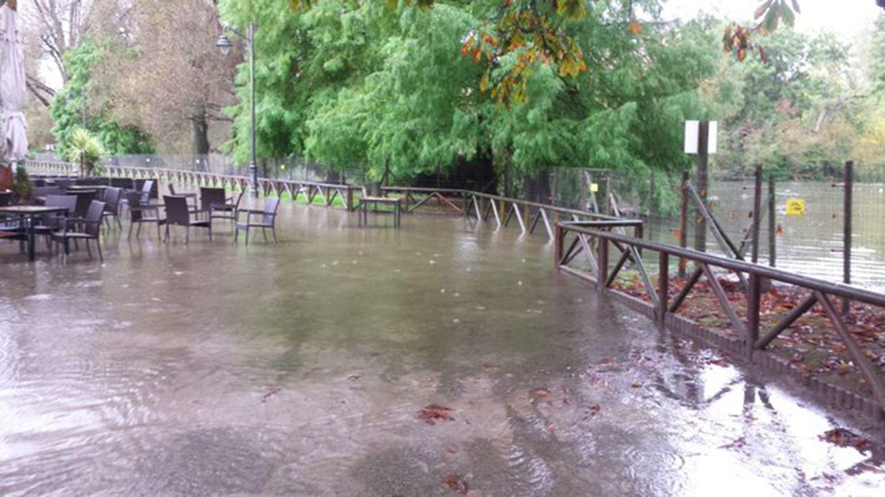 Turistas en Asturias con lluvia.El parque de Isabel la Católica de Gijón, inundado, tras fuertes lluvias hace unos meses
