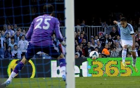 Fabián Orellana poniendo a prueba a Diego López en un lance del encuentro del domingo pasado en Balaídos.