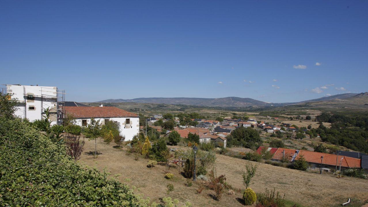 De Siria a Ourense tras el rastro de Teodora Asenjo.Instalación del primer poste de catenaria entre Taboadela y Campobecerros, en la provincia de Ourense