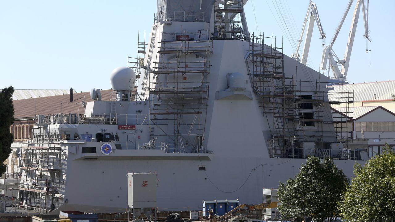 La visita a Ferrol de la ministra de Política Territorial Carolina Darias.Un militar realiza labores de seguridad marítima desde la fragata en la costa de Gibraltar