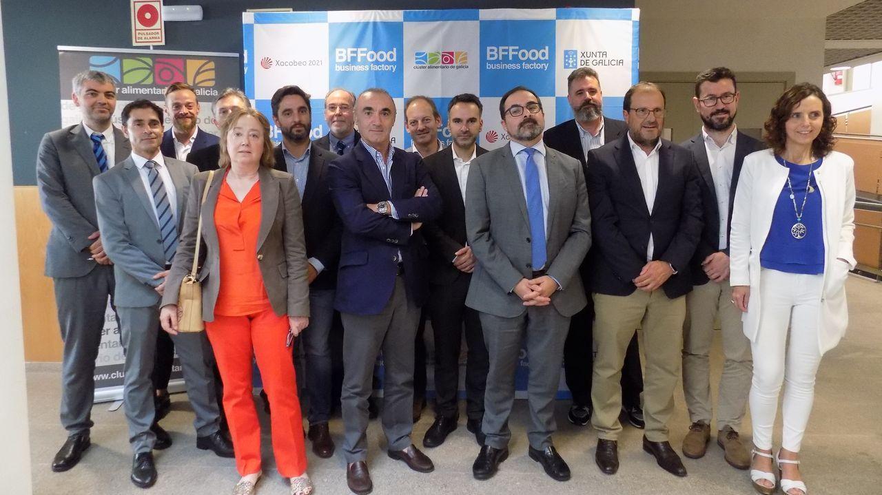 Feijoo se reúne con el comité de la antigua Alcoa y los representantes del fondo comprador, Parter.El alcalde (a la derecha) obsequió a Montero son una bandera gallega como recuerdo de la inauguración