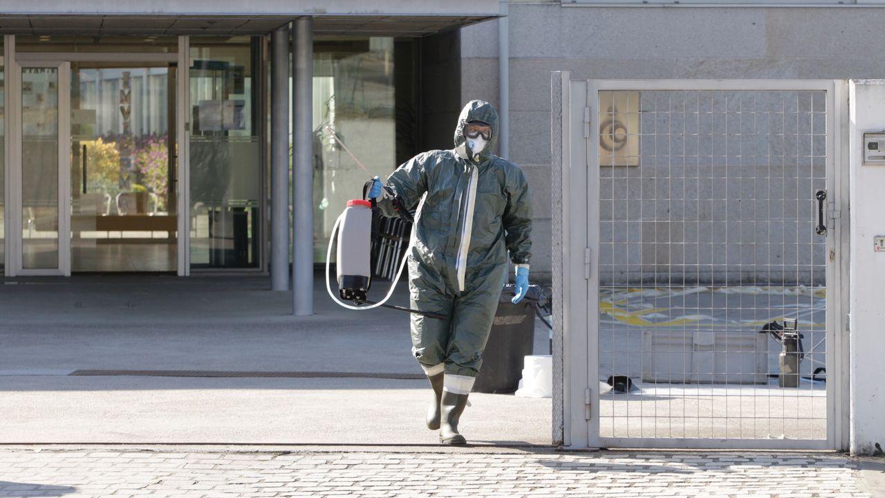 Sanitarios del 061 hacen sonar sus sirenas ante la casa de Amancio Ortega.Un militar realiza labores de desinfección en la residencia de Barreiro, en Vigo