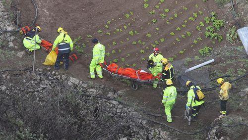 Los servicios de emergencia trasladan los cuerpos de los fallecidos
