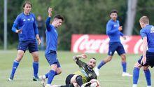 Jimmy disputa un balón con Omar Sampedro en el Real Oviedo-Langreo
