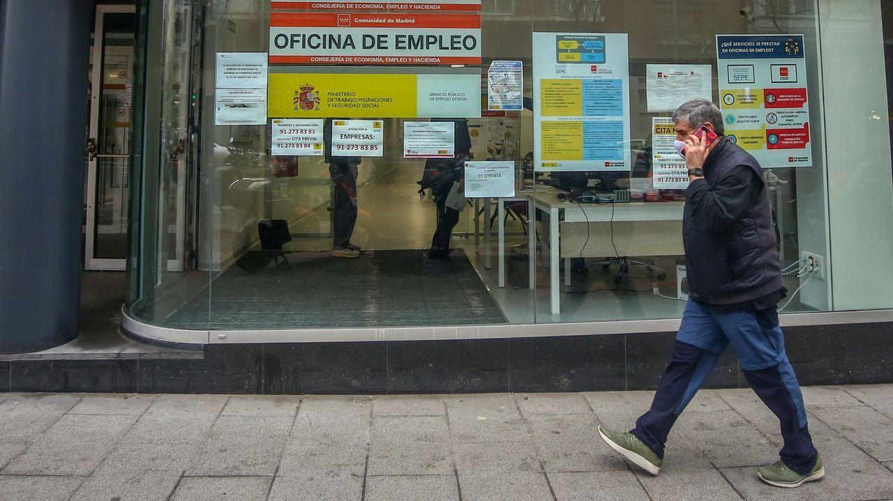 Un hombre pasa frente a una oficina del paro