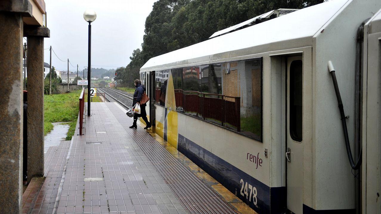 Así han quedado las infraestructuras ferroviarias.Vista del Sella desbordado a su paso por Santianes (Arriondas)