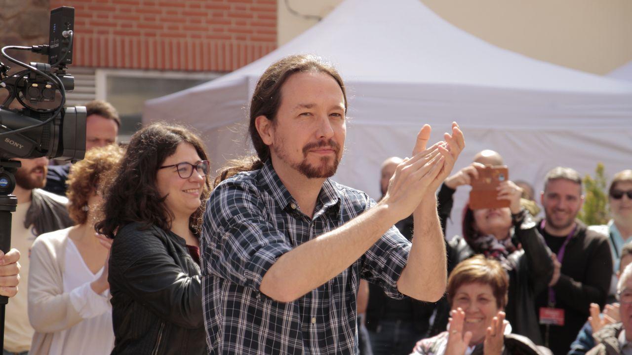 El vídeo de Daniel Ripa sobre la presencia en Asturias de los líderes de la derecha en campaña.Sofía Castañón, junto a Pablo Iglesias, en un acto de campaña en Madrid