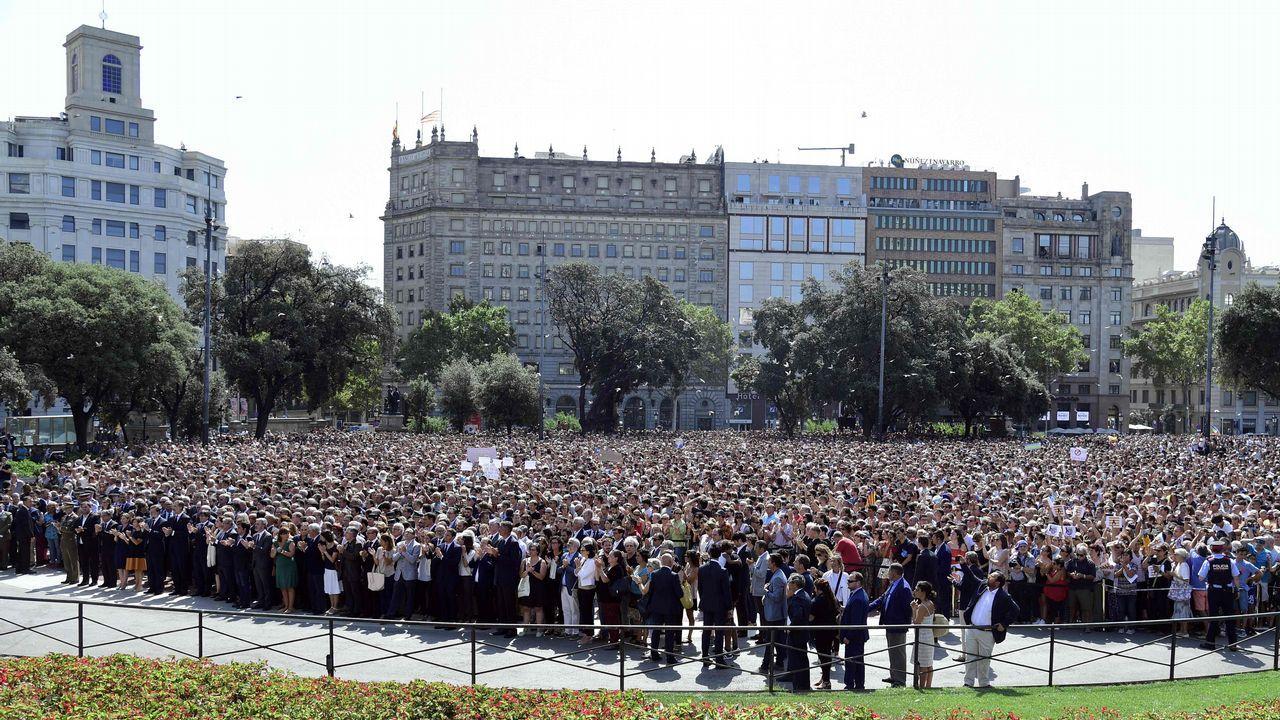 Los ciudadanos españoles han rendido homenaje a las víctimas con un minuto de silencio en la Plaza de Cataluña