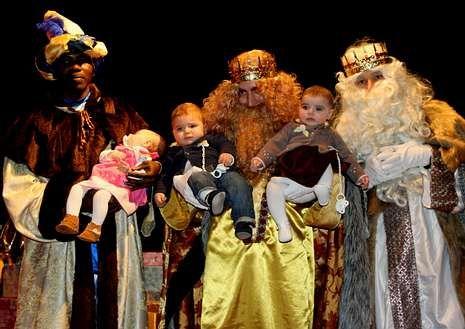 Los Reyes recibieron en Cerceda la visita de varios bebés.