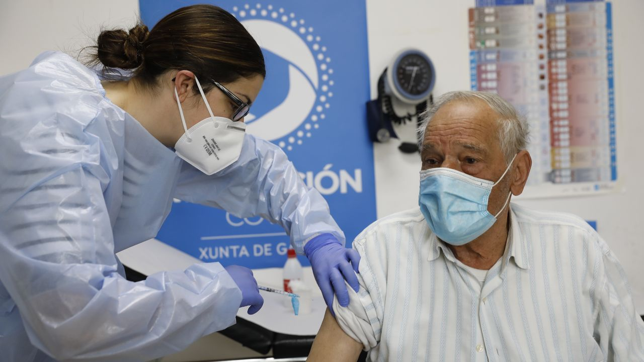 Un hombre se vacuna contra el coronavirus en el centro de salud de O Carballiño. El Sergas seguirá inmunizando todos los festivos de la Semana Santa