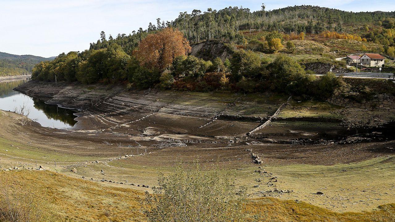 La tormenta de la pasada noche sobre la ría. La Xunta ha decidido tomar como referencia para estos proyectos el área de Vigo. En la imagen, el embalse de abastecimiento de Eiras durante la sequía del 2017.magen, el embalse de abastecimiento de Eiras durante la sequía del 2017.
