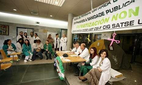 Amparo Baró y Manuel Gutiérrez Aragón, galardonados.El personal del Hospital ha organizado ya varios actos en contra de los recortes.