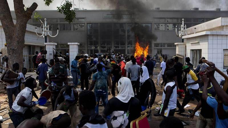 Los manifestantes de Burkina Faso incendian el Parlamento