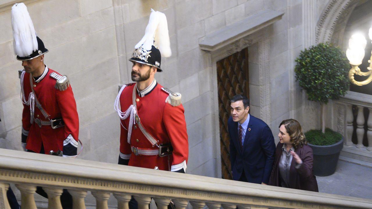 Pedro Sánchez y Ada Colau, ayer, en el ayuntamiento de Barcelona