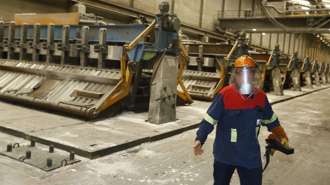 Un trabajador de Alcoa San Cibrao en la planta de electrolisis