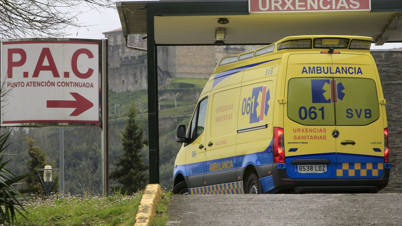 La mujer fue trasladada en ambulancia al servicio de urgencias del hospital
