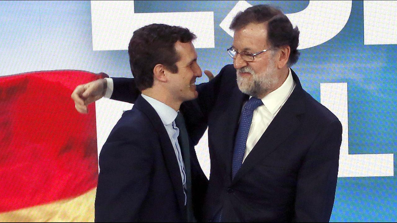 Rajoy saluda a Casado, con el que entró en el plenario de la convención nacional del PP