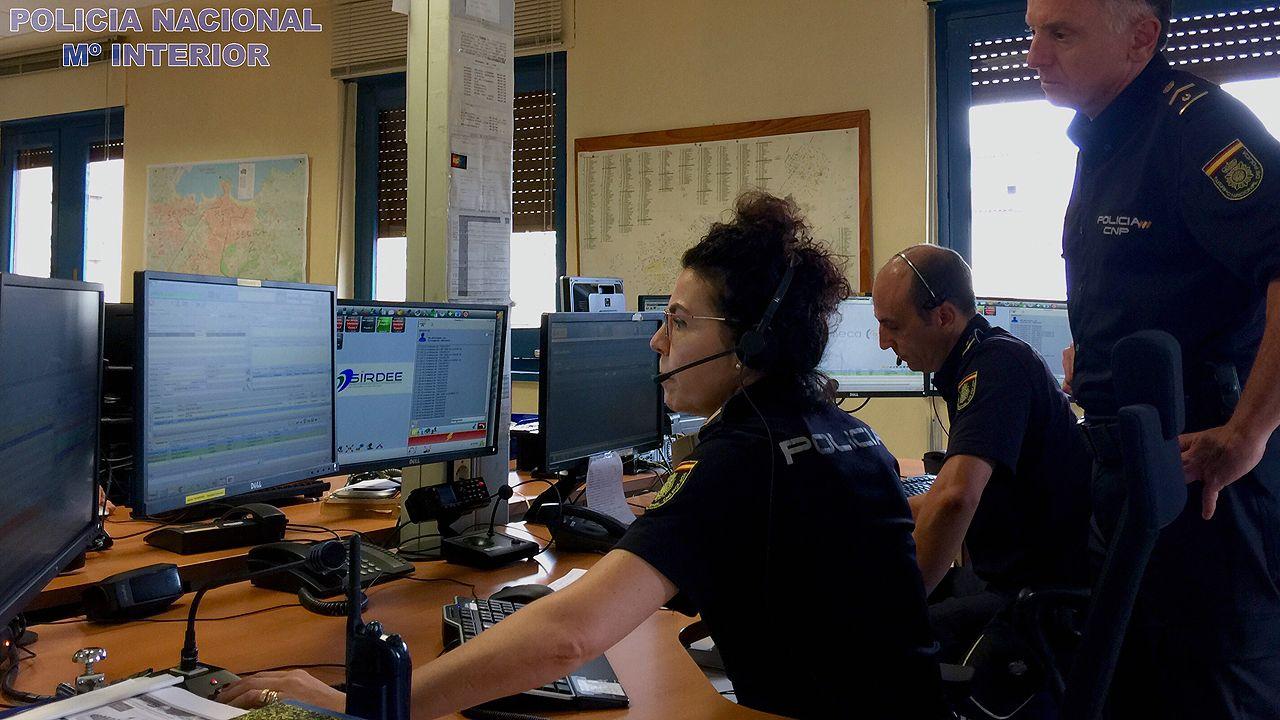 Agentes de la Policía Nacional en la sala del 091 de Oviedo