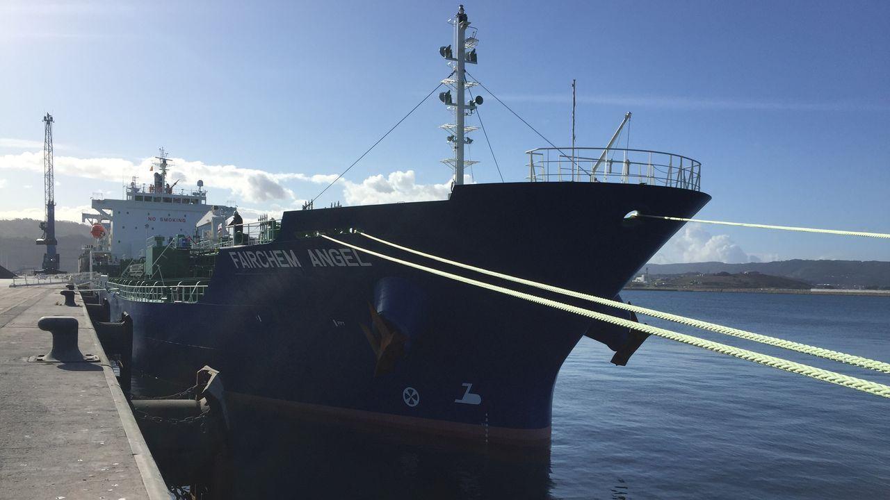 Percebe subastado en el Muro.Vista aérea del nuevo muelle del puerto exterior de A Coruña