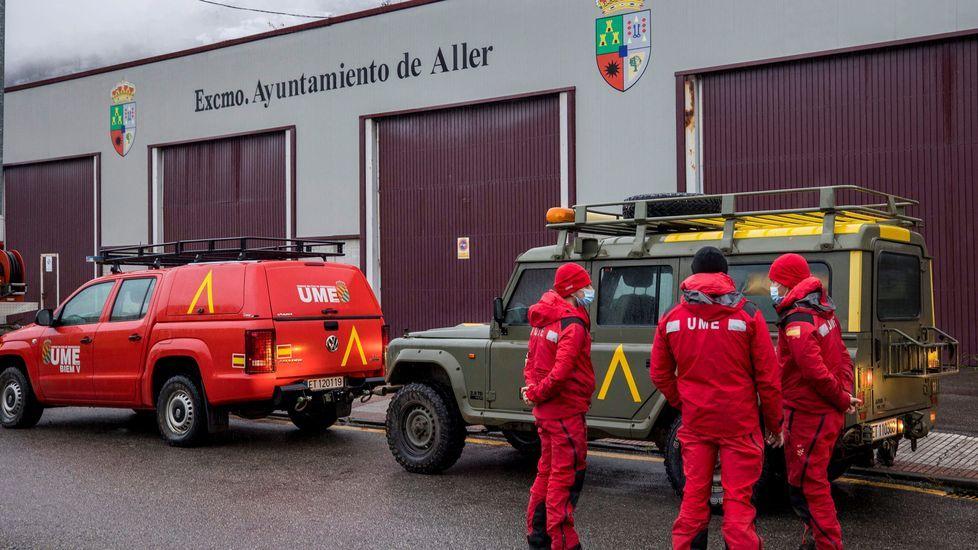 Lluvia de juguetes en las calles de A Coruña.Miembros de la UME se incorporaron este sábado a la búsqueda del segundo operario desaparecido cuando trabajaba con una máquina quitanieves al producirse un alud de nieve en el puerto de San Isidro en la localida de Aller, Asturias.