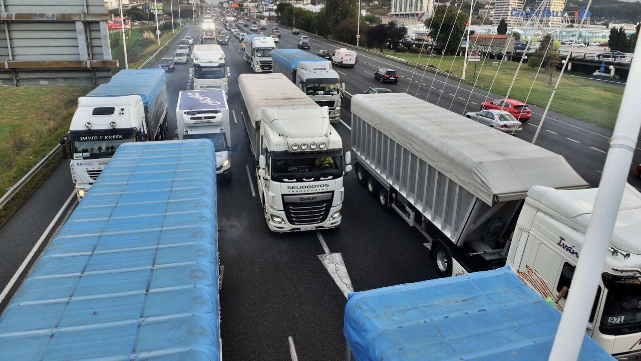 La caravana de protesta, entrando en Alfonso Molina, poco después de las 19.20 horas