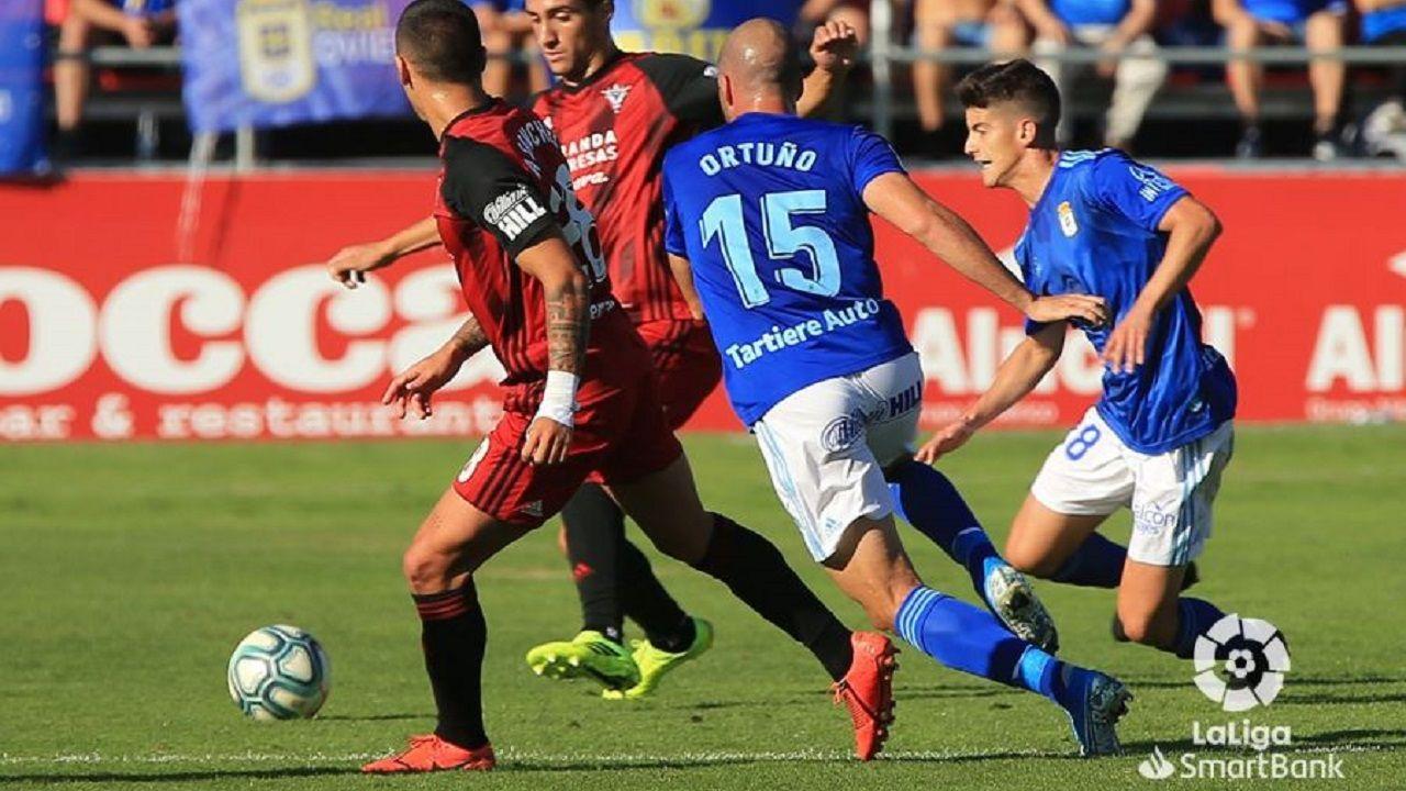 Ortuño Riki Mirandes Real Oviedo Anduva.Ortuño y Riki pugnan por un balón