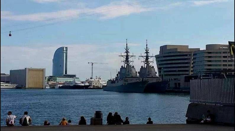Rajoy destaca la labor de las tropas españolas en África contra la piratería.El presidente del Gobierno en la F-101 con parte de la dotación al fondo. <span lang= es-es >EFE</span>