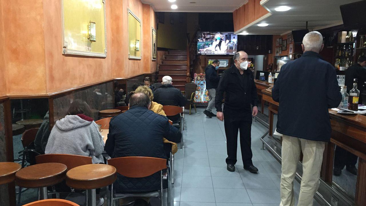Bar con gente en A Estrada