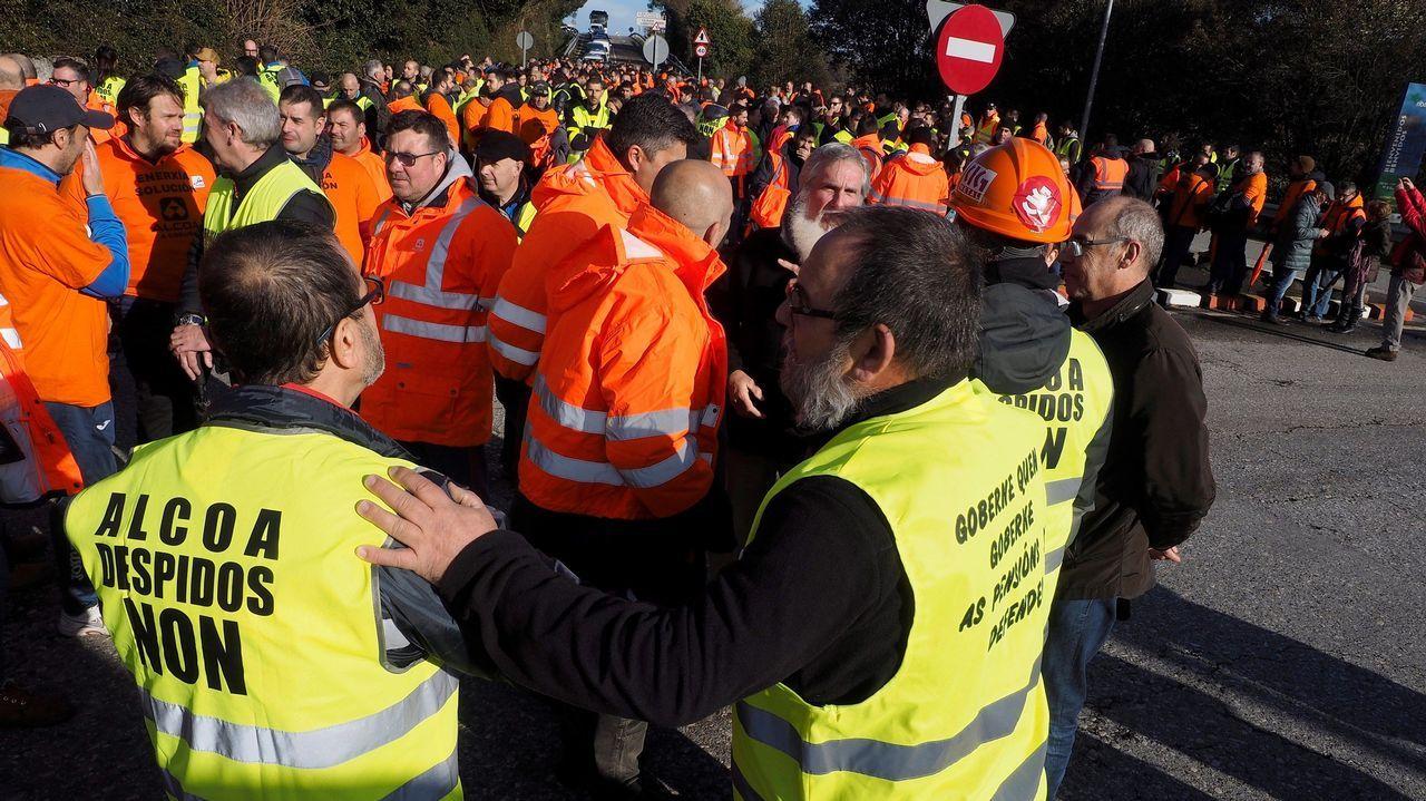 alcoa.Trabajadores de Alcoa, durante la marcha que ha partido de Ribadeo (Lugo) y discurre por la carretera LU-642 para confluir en Vegadeo con los trabajadores que salen de Castropol (Asturias) en una nueva acción común como medida de protesta tras los anunciados cierres de las plantas de la multinacional del aluminio situadas en Avilés y en A Coruña.