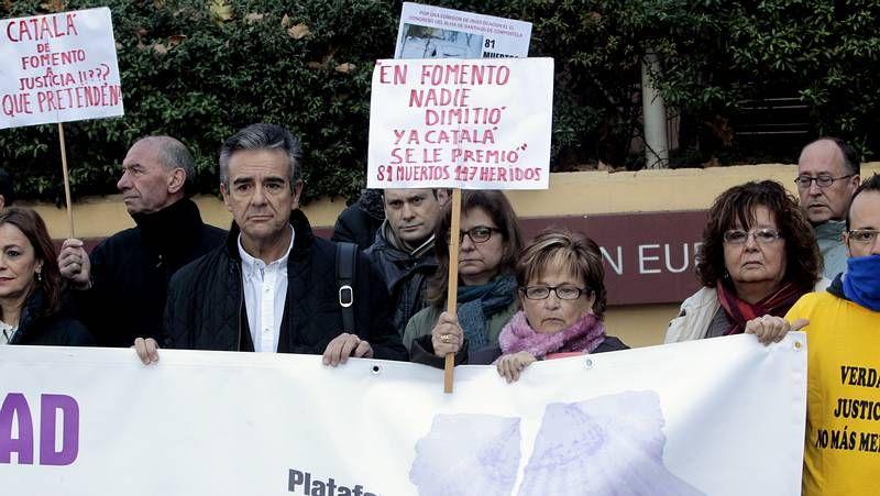 Protesta de las víctimas del Alvia ante la Oficina de la Unión Europea en Madrid.Las nacionalistas Ilva Carril y Ana Miranda, ayer por la mañana en la entrada del parque.