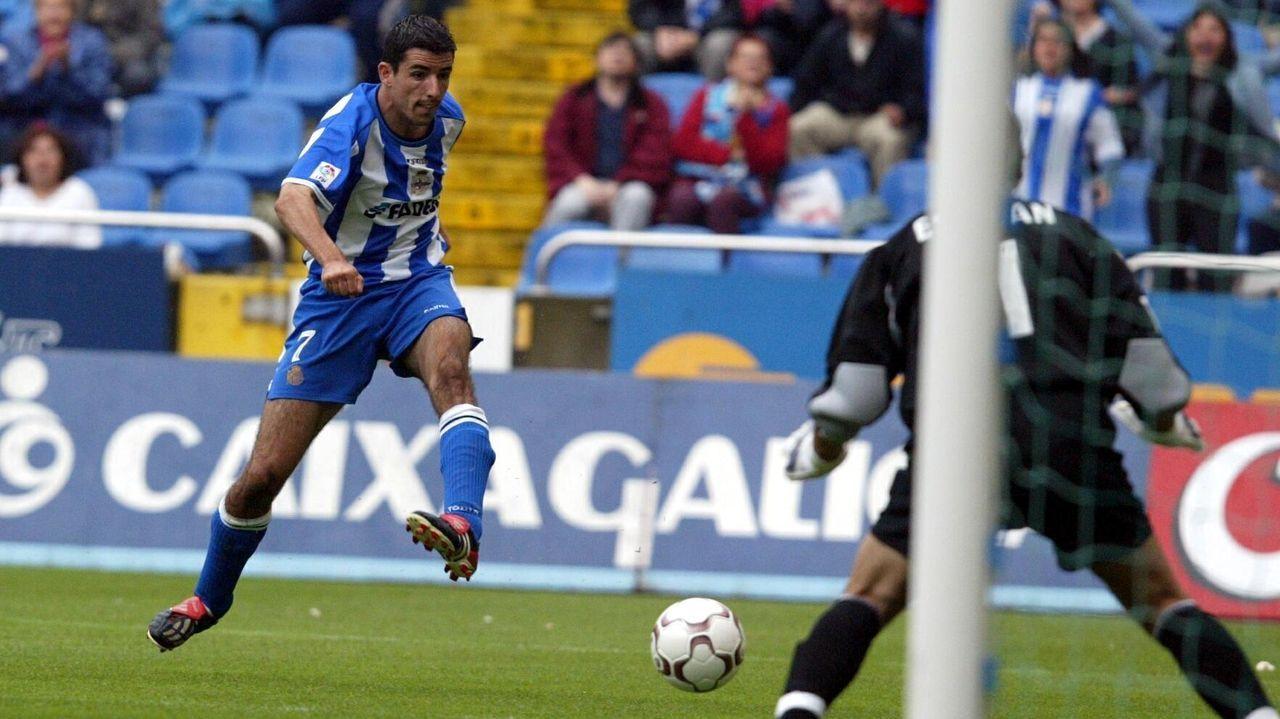 Roy Makaay dispara a puerta durante un partido con el Deportivo