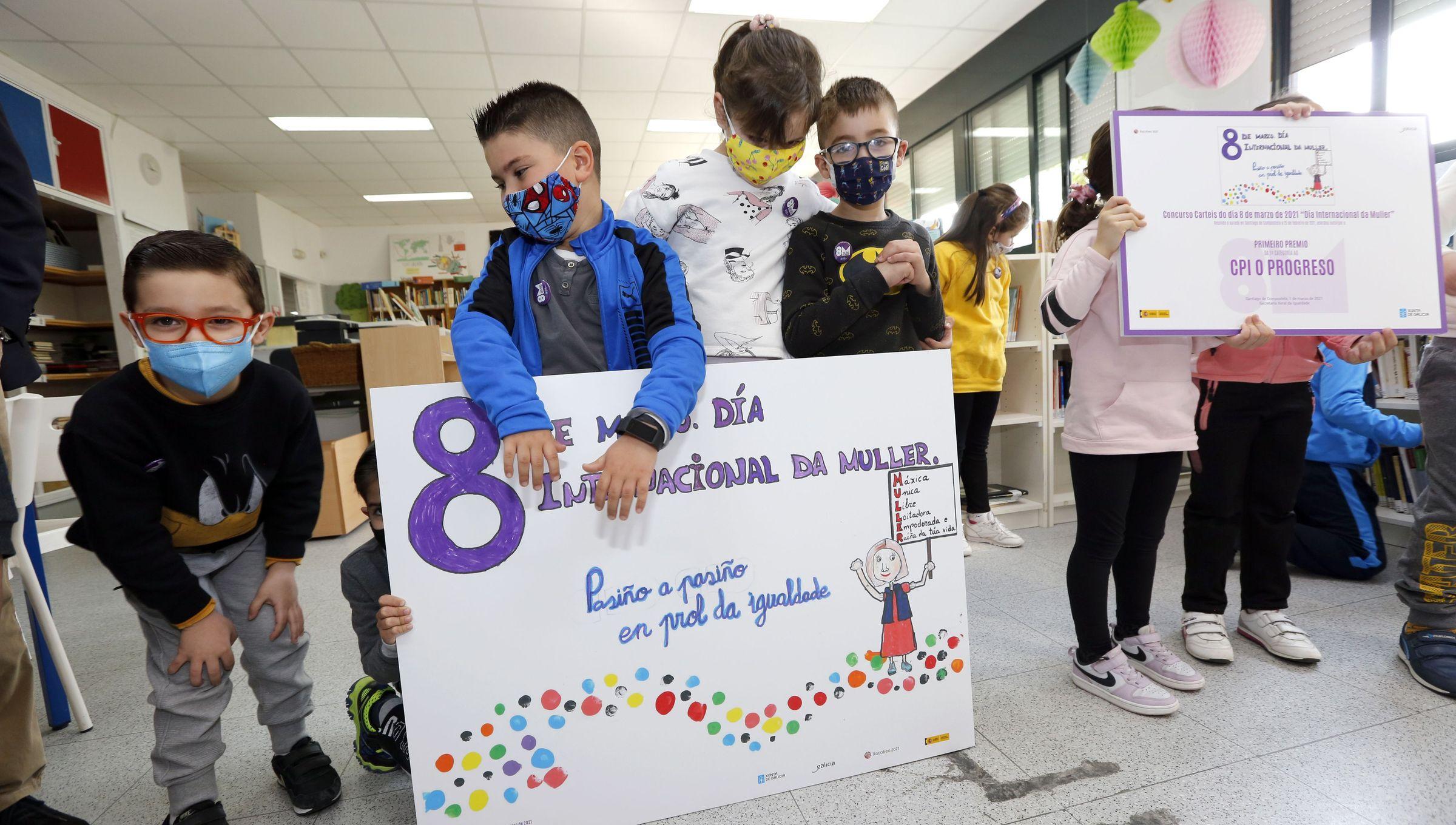 Niños del colegio de Catoira que ganaron un premio por el 8M
