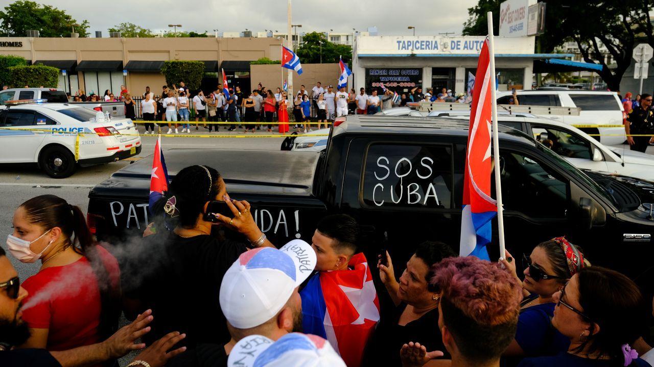 Personas protestando solidariamente por el pueblo cubano en Miami