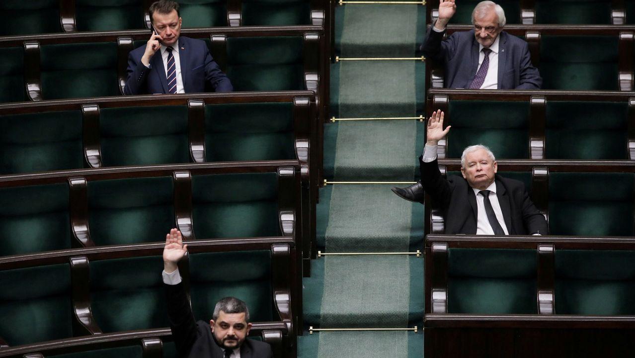 Jaroslaw Kaczynski en el centr a la derecha) y otros diputados en una votación en el Parlamento polaco