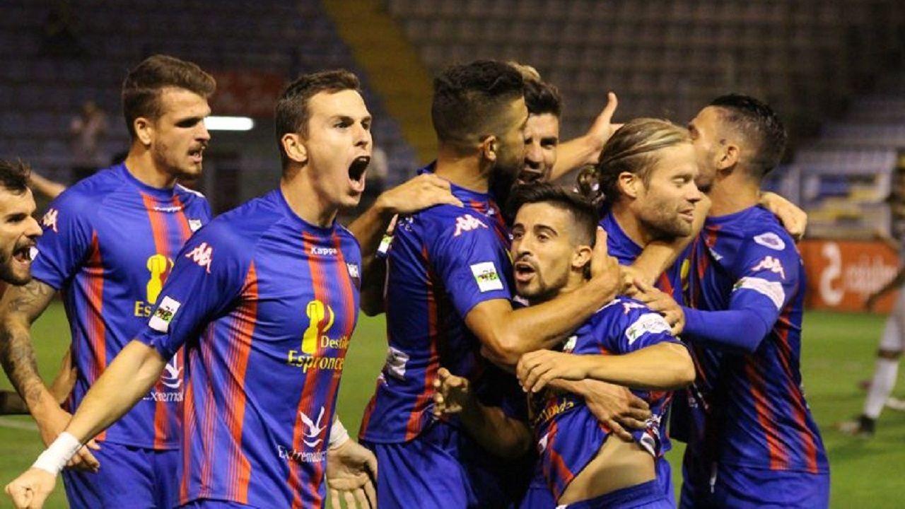 Varios jugadores del Extremadura UD durante un partido del año pasado