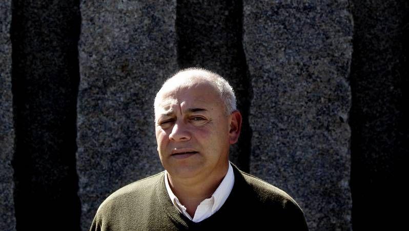 Marcos Sanmartín, en el centro con otros dos directivos, tuiteando en un partido en Ribela