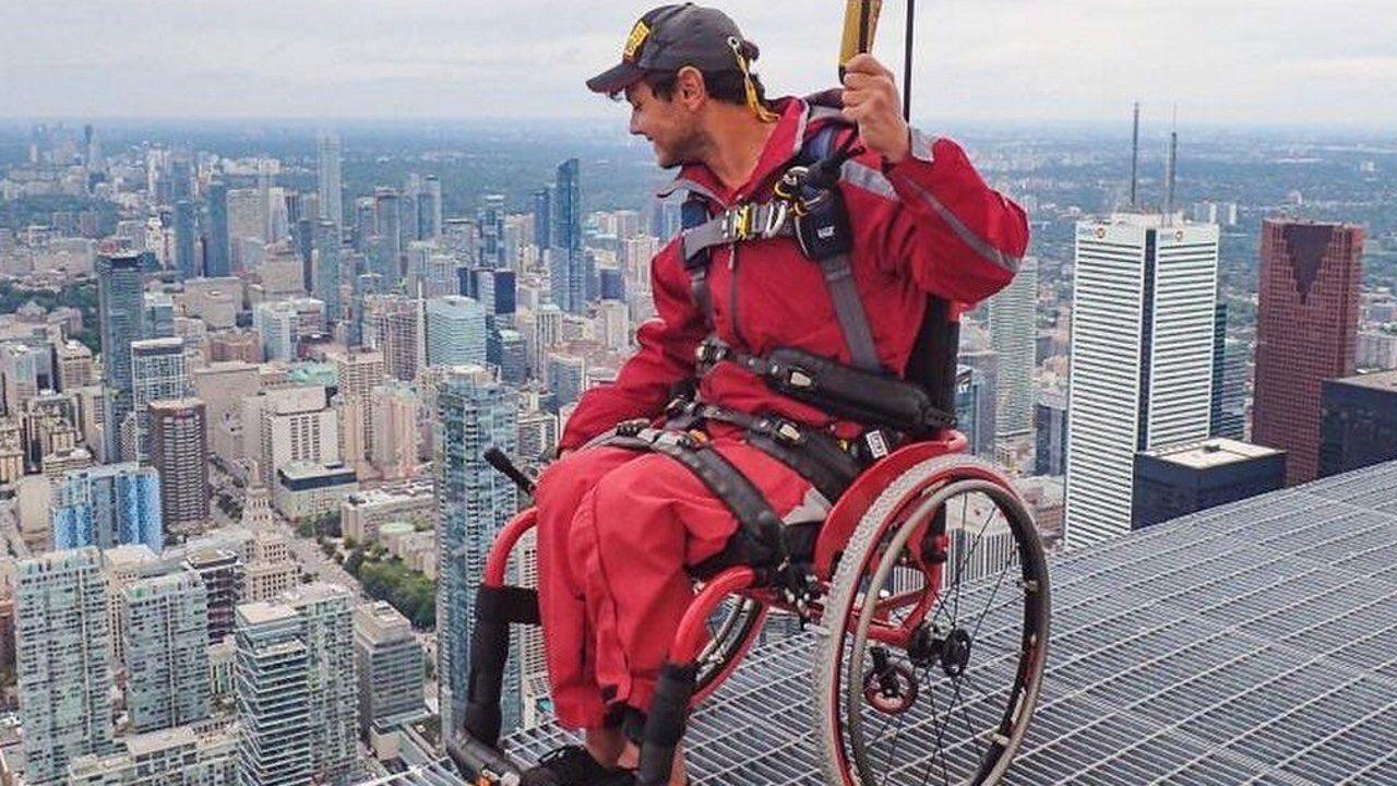 Avilesinos con discapacidad recorren el casco antiguo en silla de ruedas.La jueza Carmen Rodríguez-Medel