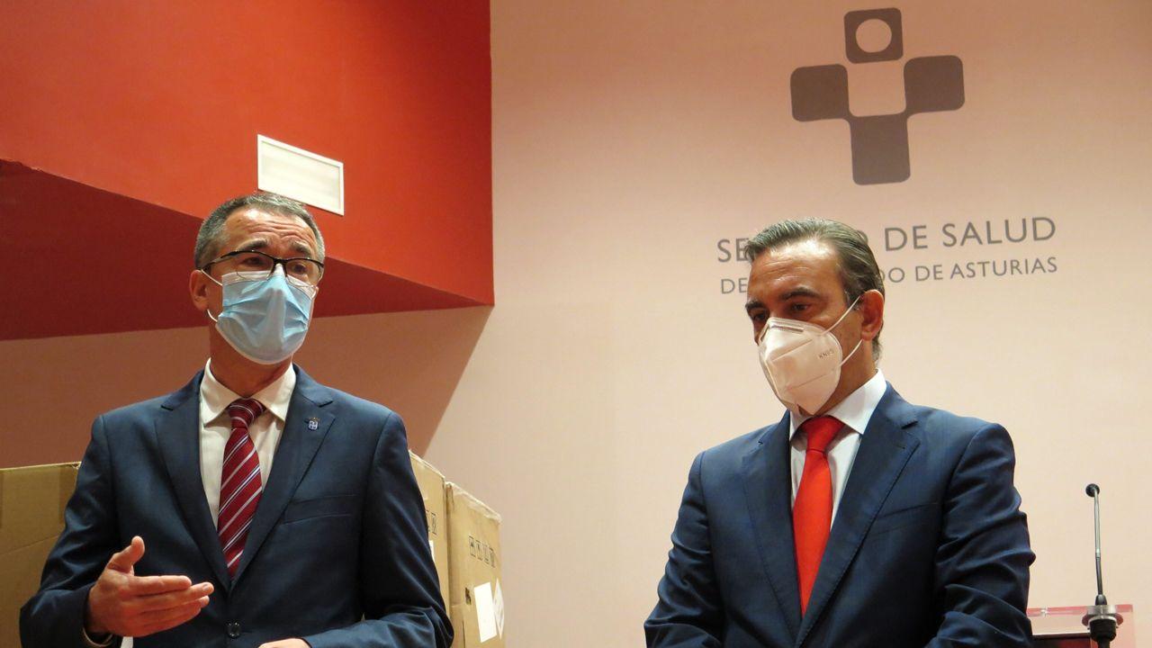 El consejero de Salud, Pablo Fernández Muñiz, y el director territorial del Banco de Santander para Asturias y Cantabria, Manuel Ramón Iturbe