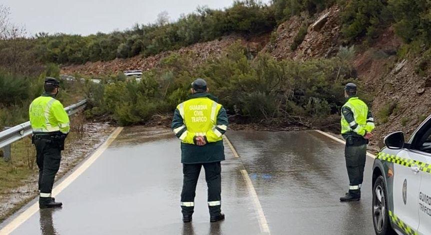 Tierra, piedras y árboles mantienen cortada la carretera